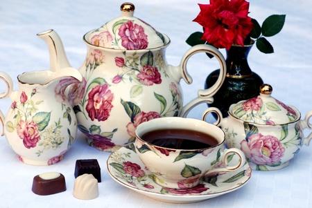 afternoon: El tradicional t� Ingl�s con vajilla de flores y el enfoque rose.Selective Foto de archivo