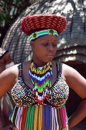 Lesedi Cultural Village, Sudáfrica - 1 de enero de 2008: Retrato de la mujer africana tradicional uso de accesorios hechos a mano, la revisión de la vida cotidiana de la población local. Lesedi African Lodge y el pueblo Cultural fue establecido en 1993.