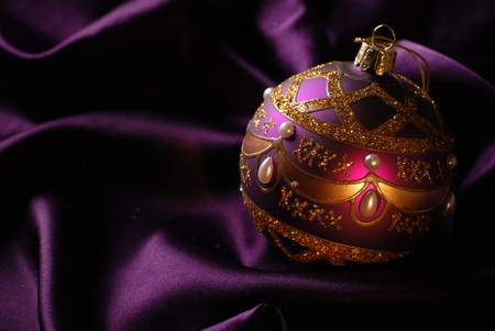 輝きの背景に紫のクリスマス ボール。セレクティブ フォーカス。