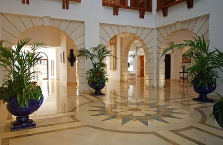 Большой вестибюль с мраморным полом в роскошном отеле курорта особняк