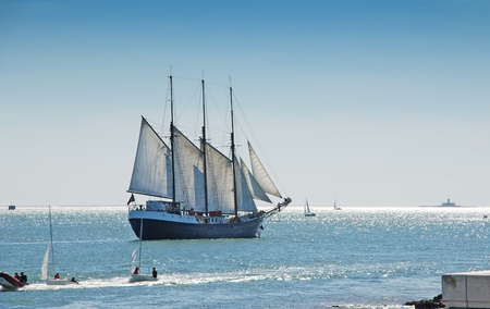 Tall sail ship sailing on the Lisbon bay of Atlantic ocean in sunny day. Banque d'images