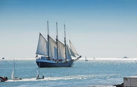 Tall zeilschip zeilen op de Lissabon-baai van de Atlantische Oceaan in het zonnige dag.