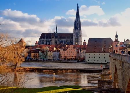 レーゲンスブルクのバイエルン (ドイツ) やドナウ川の古い表示します。都市の大規模な中世の中心部は、ユネスコの世界遺産です。午後の光のイ