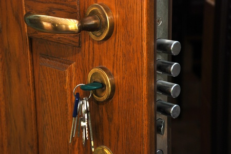 agent de s�curit�: close-up de serrure de s�curit� dans la porte en bois maison ouverte Banque d'images