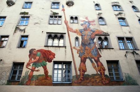Давид и Голиаф фрески на средневековую стену дома, Регенсбург, Бавария, Германия. Средневековый центр города Регенсбург является объектом Всемирного наследия ЮНЕСКО.