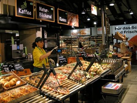Цюрих, Швейцария - 22 января 2012: Поставщик на самообслуживание пекарни Марке в Швейцарии. Марке выступает за здоровое питание и предлагает пищу, которая готовится прямо на глазах с сезонными продуктами из региона и не использовать никаких добавок или сохране Редакционное
