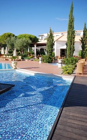 вертикальный вид с бассейном в роскошный отель-курорт