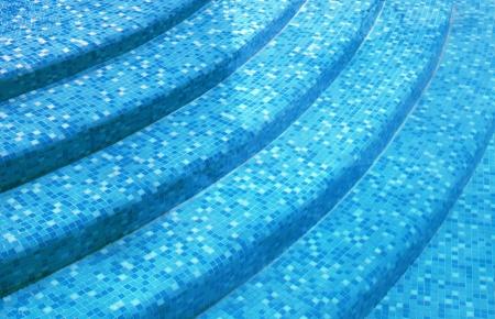 混合の青いタイル モザイクとリゾートのスイミング プールで湾曲した手順 写真素材