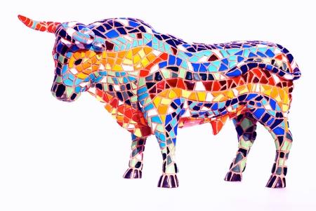 Miniature statua del toro multicolore in stile Gaudi - souvenir tradizionali da Barcellona (Spagna). Questo non è oggetto d'arte, solo regalo economico spagnolo.