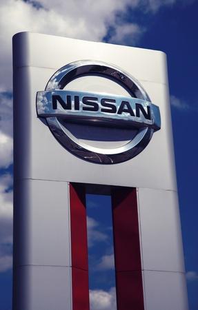 ЛУГАНСК, УКРАИНА - ИЮНЬ 08: Серебряный Nissan автомобиль логотип дилерский знак 08 июня 2012 г. в Луганске, Украина.