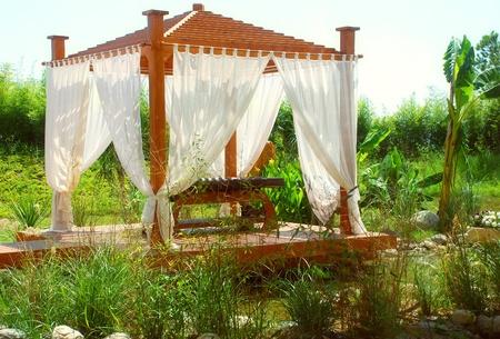 tuinhuis: romantische landschap met hout zomerhuis in Oost-stijl
