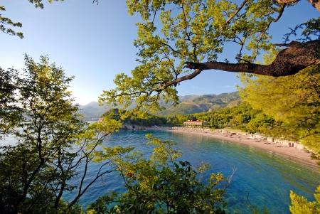 Обзор от живописного пляжа и холмов на берегу живописной бухты, Средиземного моря (Италия) Фото со стока