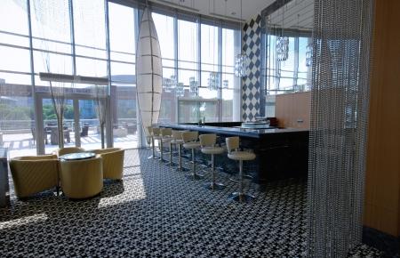 Современная интерьер лобби-бар с прилавком и столами. Дневной