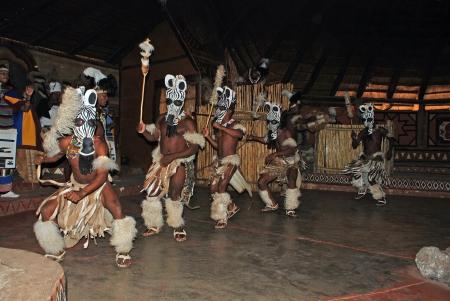 レセディ村、南アフリカ - 12 月 01日: 儀式衣装面白い 2008 年 12 月 1 日文化村レセディ、南アフリカ共和国での観光客のために南アフリカのズールー