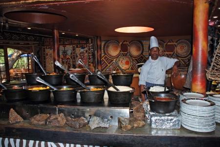 レセディ村、南アフリカ - 1 月 1 日: 部族料理レストラン伝統アフリカ民族食品 - 肉と野菜 - 2008 年 1 月 1 日レセディ アフリカ ロッジと文化村で、南