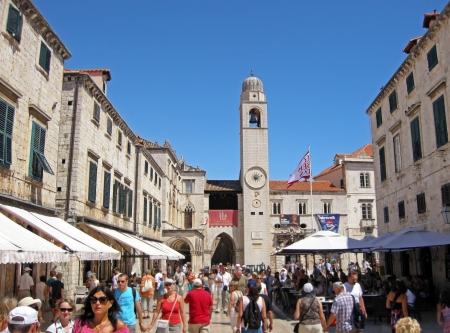Дубровник, Хорватия - 20 июля 2011 года: Туристы ходить по основным Stradun улица в старом городе Дубровник, Хорватия. Многие исторические здания и памятники в Дубровнике расположены вдоль Страдун, из-за которой он служит популярным espla