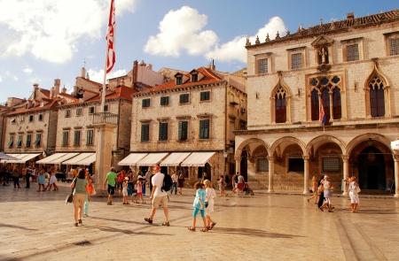 Дубровник, Хорватия - Июль 20, 2011 туристов, гуляющих на главной улице Stradun в старый город Дубровник, Хорватия Многие исторические здания и памятники в Дубровнике расположены вдоль Страдун, из-за которой он служит популярным espla