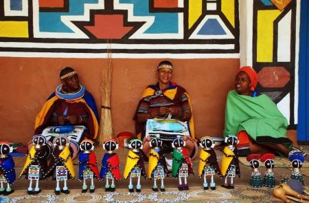 Lesedi ДЕРЕВНЯ, Южная Африка - 1 января: африканские ндебеле женщин, носящих традиционные аксессуары ручной работы продают традиционные куклы 01 января 2008 года в Lesedi African Lodge и культурного деревне, Южная Африка Редакционное
