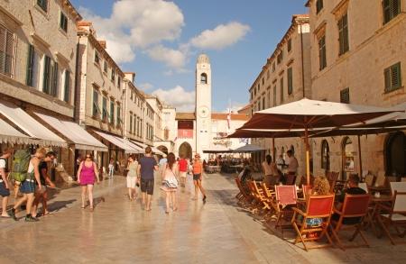 ドゥブロヴニク, クロアチア - 2011 年 7 月 20 日: クロアチア、ドゥブロヴニクの旧市街のメインストリートの Stradun の上を歩いての観光客。多くの歴