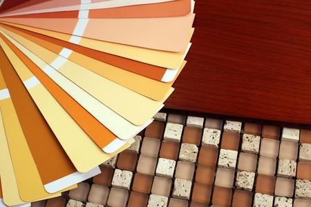 木材に RAL パントン サンプル色カタログを開き、モザイク背景のミックス 写真素材