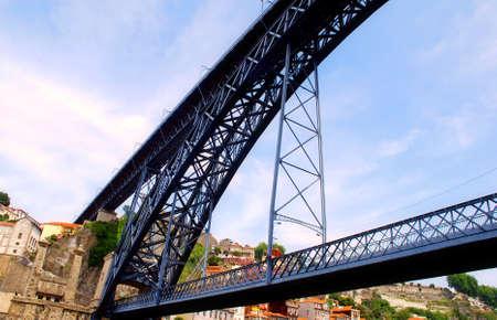 brige: famoso Dom Luis brige de Eiffel en Porto (rio Douro, Portugal)