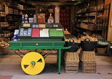 ニース, フランス - 2013 年 5 月 14 日: 自家製多色石鹸および別化粧品および古い町のニース、フランスのストリート ショップでプレゼント。