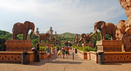 SUN CITY, Südafrika - 3. Januar 2008: Riesige Elefanten Statuen auf der Bridge of Time in berühmten Resort Lost City in Sun City, Südafrika. Editorial