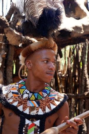 tribu: LESEDI VILLAGE, SUDÁFRICA - enero 1,2008: hombre Zulu con vestido tribal guerrero el 01 enero de 2008 en Lesedi pueblo cultural, Sudáfrica. Los hombres en el clan zulú desgaste de la piel animal decoradas cuentas multicolores para cubrirse. Editorial