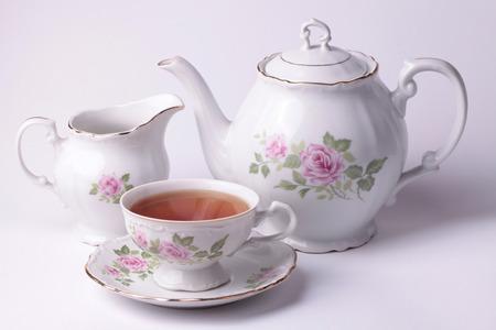 Traditioneel Engels thee met witte thee set bloemen servies Stockfoto