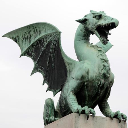 dragones: Famosa estatua del drag�n en el puente del drag�n (Zmajski m�s), s�mbolo de Liubliana, capital de Eslovenia, Europa. Imagen Cuadrado