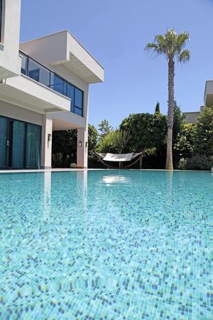Zwembad bij de moderne luxe villa, Turkije, verticaal beeld