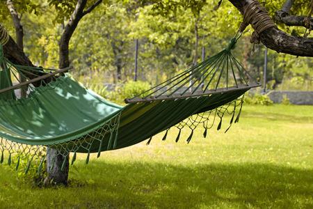 Mooi landschap met hangmat in de zomer tuin, zonnige dag, selectieve aandacht Stockfoto