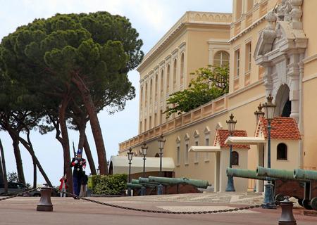 montecarlo: MONTE CARLO, MONACO - MAY 15, 2013: Prince Palace of Monaco and honor guard, Monte-Carlo, Principality of Monaco.