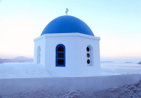 IGLESIA: Santorini iglesia azul y blanco en el crep�sculo, Oia, Grecia