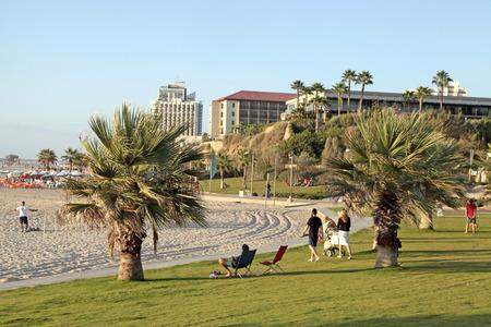 persone relax: Herzliya, Israel - 25 ago 2015: La gente rilassarsi sulla spiaggia a Herzliya Pituah, Israele.