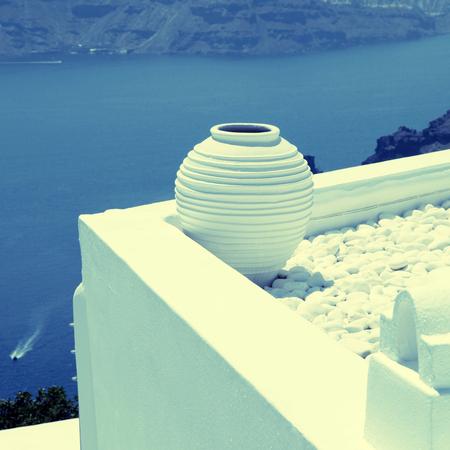 greek pot: Bianco tradizionale pentola greca su terrazza bianca con vista sul Mar Egeo in background, Oia, isola di Santorini, Cicladi, in Grecia. Piazza immagine tonica epoca Archivio Fotografico