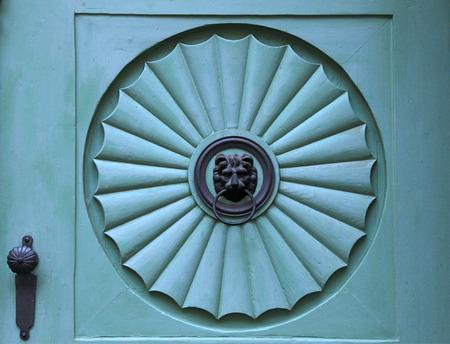 puertas de hierro: Detalle de la configuraci�n de la aldaba le�n viejo, Praga Foto de archivo
