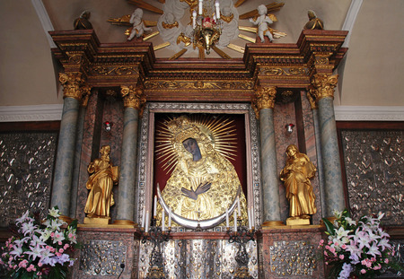 mary mother of jesus: Holy icon of Mother of God, Gate of DawnView from the Gate of Dawn(Ostra Brama) in Vilnius, Lithuania. Editorial