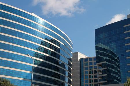 investment real state: Detalle arquitect�nico de un moderno edificio en el fondo de cielo azul Foto de archivo