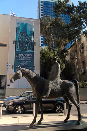 knesset: TEL AVIV, ISRAEL - AUGUST 27, 2015: Independence Hall and Meir Dizengoff Statue in Rothschild Blvd in Tel Aviv,Israel. Meir Dizengoff was a Zionist politician and the first mayor of Tel Aviv