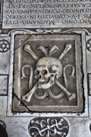 camposanto: Skull on the medieval marble tomb in Monumental cemetery Camposanto, Pisa, Italy Editorial