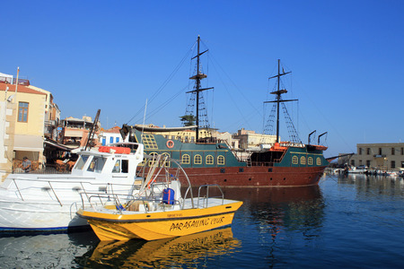 kreta: RETHYMNO, CRETE, GREECE - JULY 24, 2015: The boats in old venetian harbor in Rethymno city, Crete island, Greece.