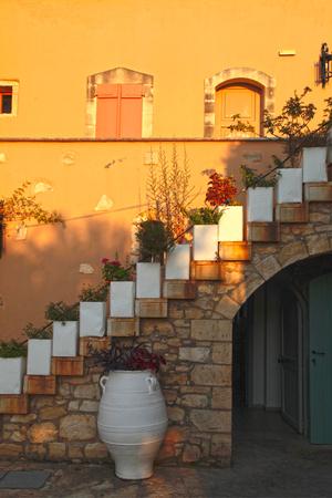 casa de campo de piedra griega con azotea, creta, grecia. la luz