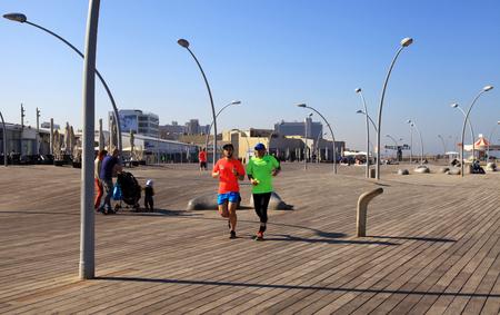 Tel Aviv, Israel - 1 de abril, 2016: Los hombres se ejecuta en el nuevo paseo en el puerto de Tel Aviv, Israel. Editorial
