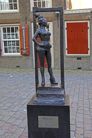 prostituta: AMSTERDAM, HOLANDA - 5 de mayo 2016: Monumento de la prostituta «Belle» cerca de la iglesia vieja en rojo distrito de luces, Ámsterdam, Países Bajos. enfoque selectivo