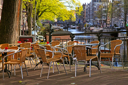 6 Cafe Stoelen.Street Sidewalk Cafe With Wicker Chairs On The Bridge Of Canal
