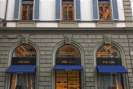 FLORENCE, ITALIE - 10 janvier 2016: Prada vitrines sur la construction de l'extérieur à la rue commerçante dans le centre de la vieille ville, Florence, Italie. Prada est célèbre marque italienne de mode spécialisée dans les produits de luxe