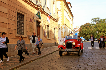 praga: PRAGUE, CZECH REPUBLIC - OCTOBER 3, 2015: Retro car with tourists on the streets in Prague, Czech Republic Editorial