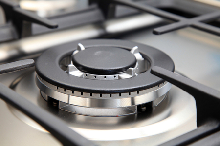 Cerrar la imagen de la nueva estufa de gas en la cocina moderna
