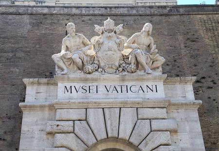 Ingresso principale del Museo Vaticano con segno e sculture a Roma, Italia